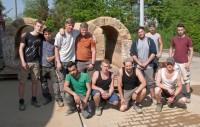 Das Foto zeigt die Auszubildenden mit den ersten vier restaurierten Teilstücken.