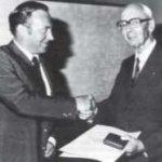 Der erste Präsident der Frontinus-Gesellschaft, Gerhard Naber, überreicht die dritte Frontinus- Medaille an Walter Triebel in Mainz 1980 (Foto aus Frontinus-Schriftenreihe 4, 70).