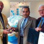 Der dritte Präsident der Frontinus-Gesellschaft, Herbert Oster (rechts) und Klaus Grewe (links), überreichen die Frontinus-Medaille an Jean Burdy in Heimbach 2002 (Foto Archiv Frontinus-Gesellschaft).