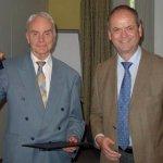 Der amtierende, vierte Präsident der Frontinus-Gesellschaft, Hans Mehlhorn (rechts), überreicht die 22. Frontinus-Medaille an Dietrich Lohrmann am 27.6.2008 in Weimar (Foto G. Wiplinger).